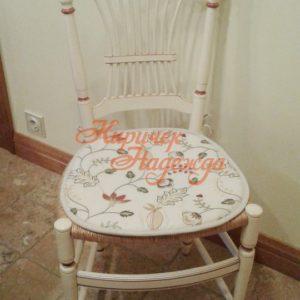 Маленькая подушечка на поролоне для удобства сидения на плетеном стуле. Ткань с вышивкой стилизованного растительного орнамента из коллекции Trend.
